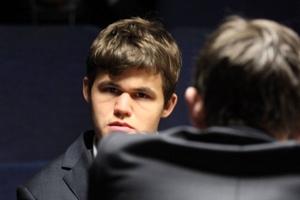 Tur 4: Carlsen 2972 Performansla Lider!